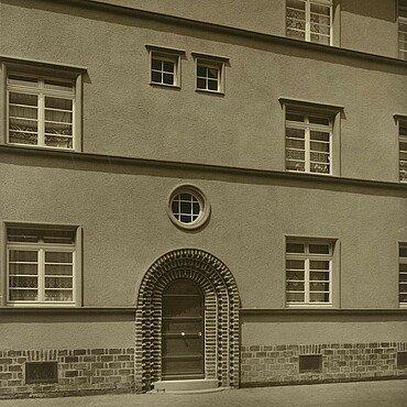 Historisches Foto von den rundbogenförmigen Türen in der Germaniasiedlung in Höhenberg