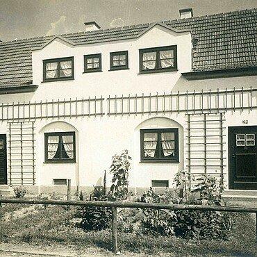 Historisches Foto von Rankgittern an den Häusern der Nibelungensiedlung in Mauenheim