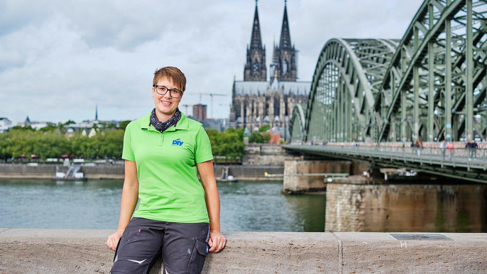 Miss DIY Kerstin Weiser vor dem Kölner Dom in Deutz