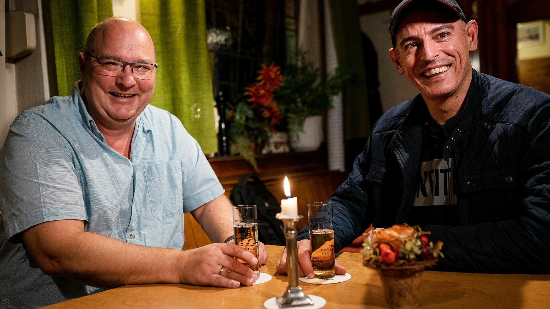 Holger Utzig von Kölsch Hätz und Nachbar Murat Kundakci in einer Kneipe