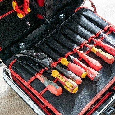 Gut sortierter Werkzeugkoffer mit Werkzeugen