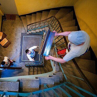 Umzugshelfer im Treppenhaus