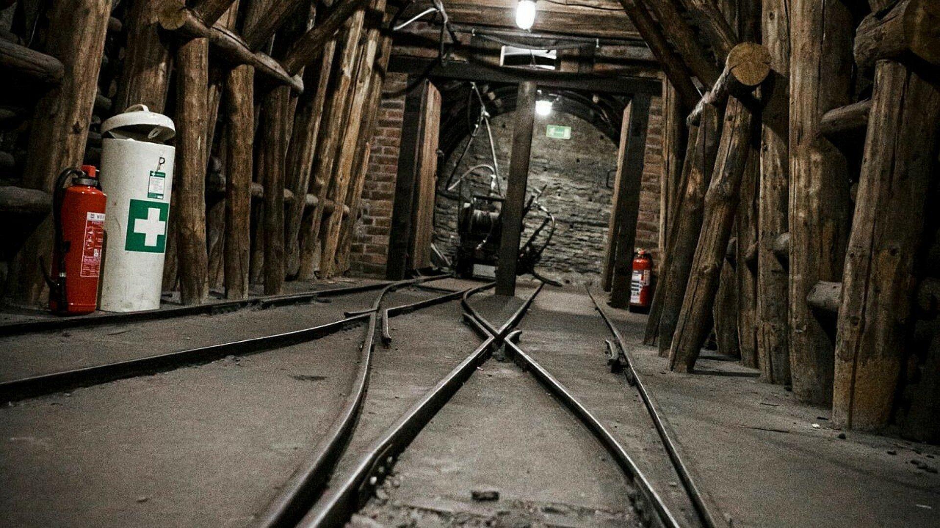 Blick auf Schienen und Stützpfeiler im Kölner Barbarastollen in Lindenthal