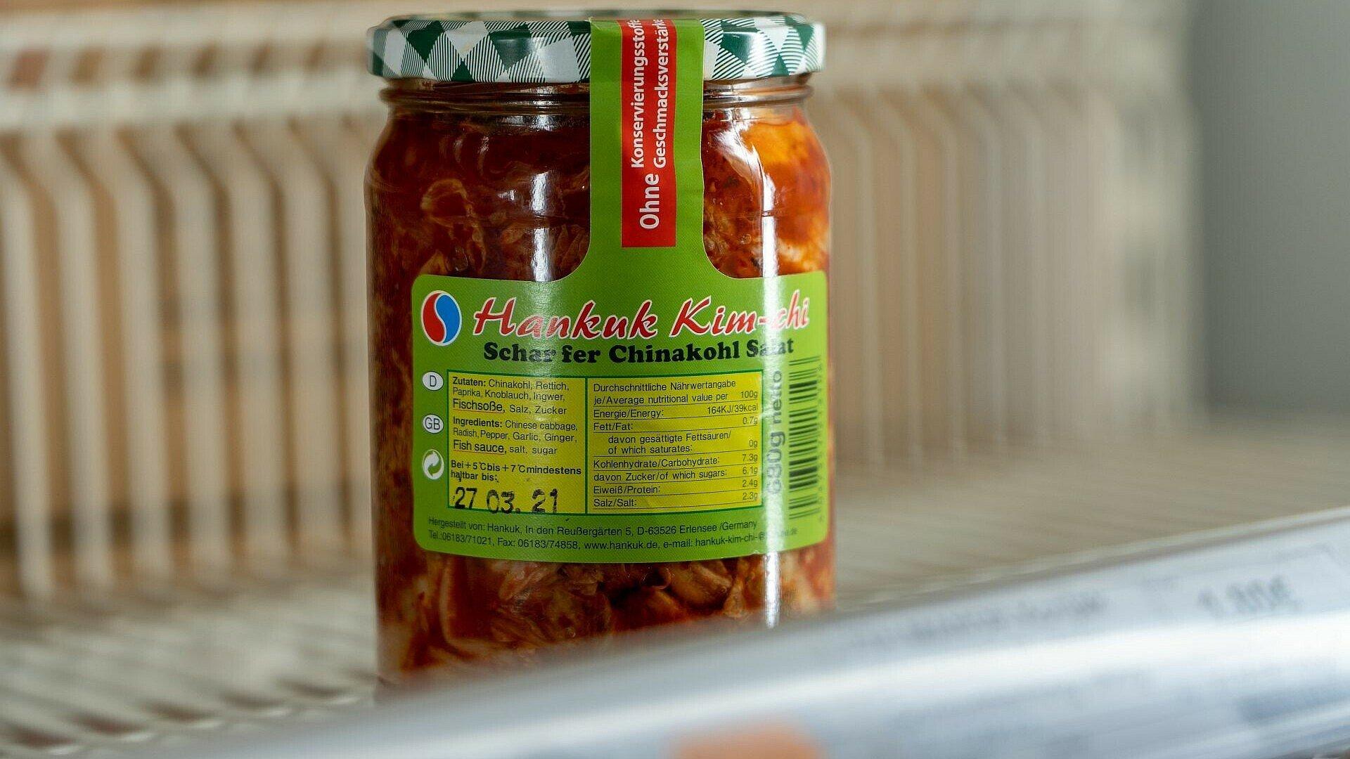 Glas mit Kimchi im Heng Long Supermarkt in Lindenthal