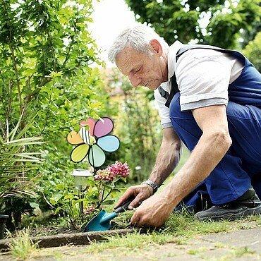 Der Veedelhelfer bepflanzt ein Blumenbeet neu