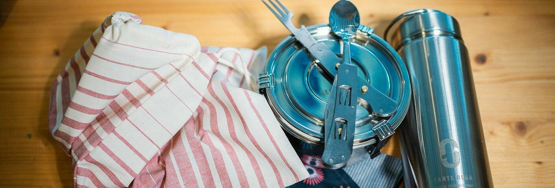 Kaffeebecher, Stoffserviette, Stoffsäckchen, Wasserfalsche, Dose und Besteck für unterwegs