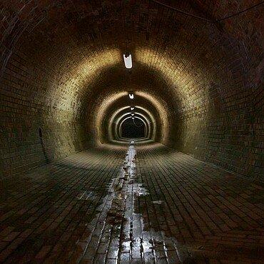 Ein unterirdischer Abwasserlauf, derzeit ohne Wasser, entlastet das Netz der Kanalisation
