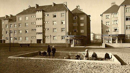 Historisches Foto vom Sandkasten in der Rosenhofsiedlung in Bickendorf