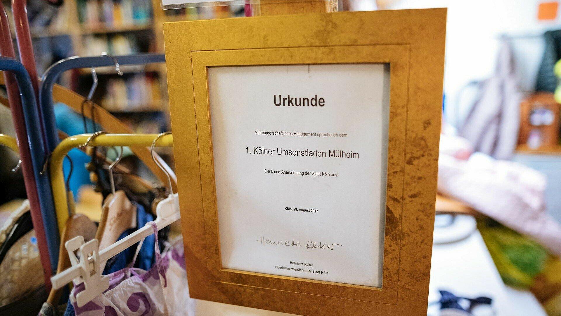 Eine Urkunde hängt im Umsonstladen in Mülheim