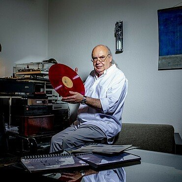 Sierp mit seltener roten 40 cm-LP vor seinem Abspielgerät im Agnesviertel