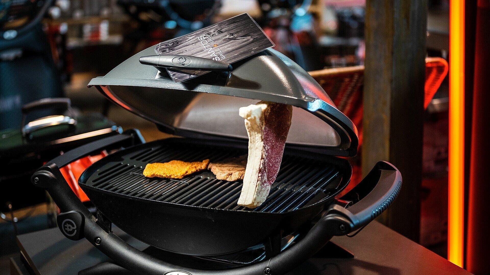 Fleischattrappen brutzeln auf einem Elektrogrill im Grillshop Santos
