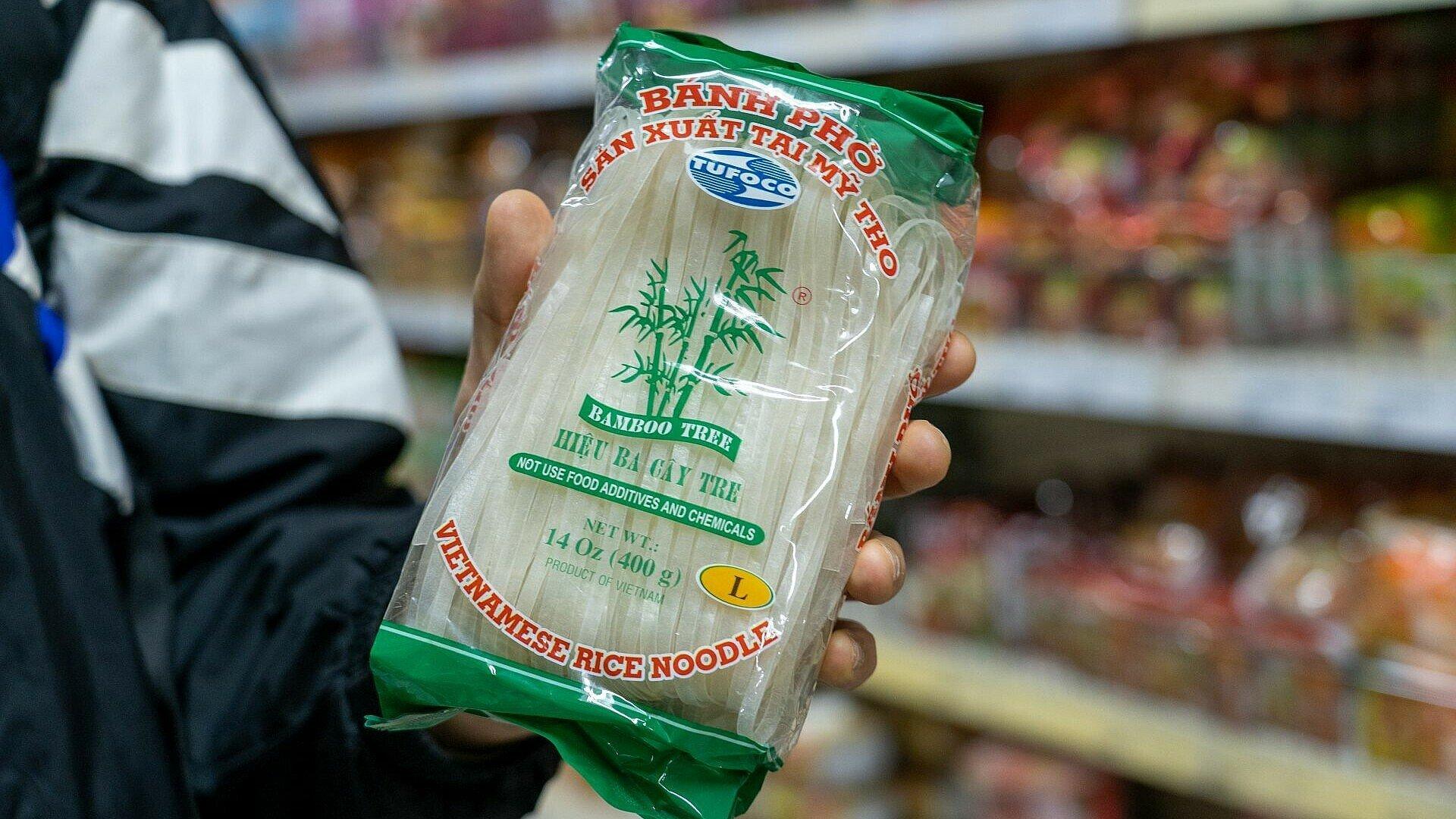 Packung mit Vietnamesischen Reisnudeln im Heng Long Supermarkt in Lindenthal
