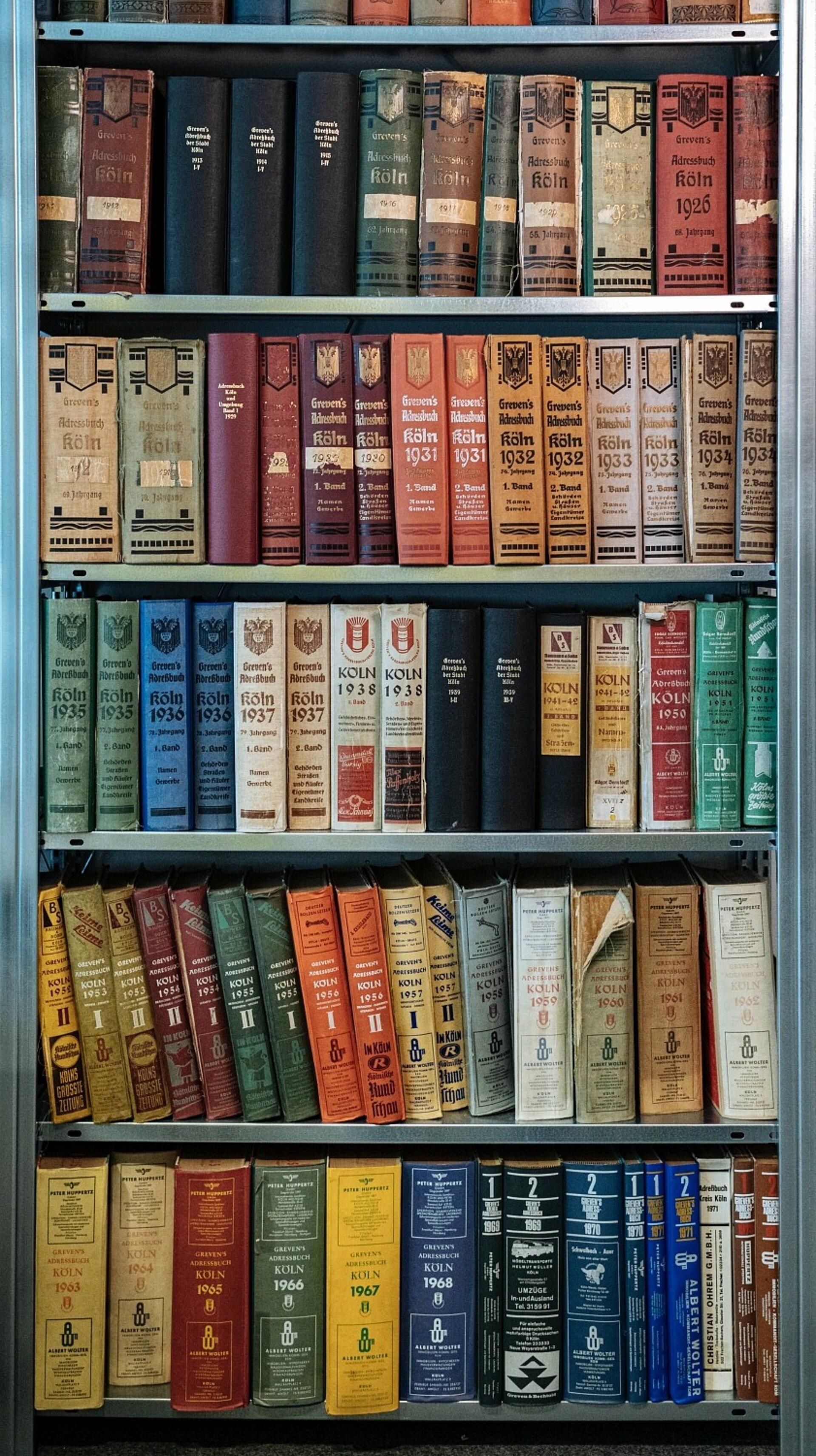 Schrank mit alten Adressbüchern von Köln