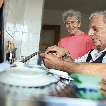 Der Veedelhelfer repariert eine Küchenspüle