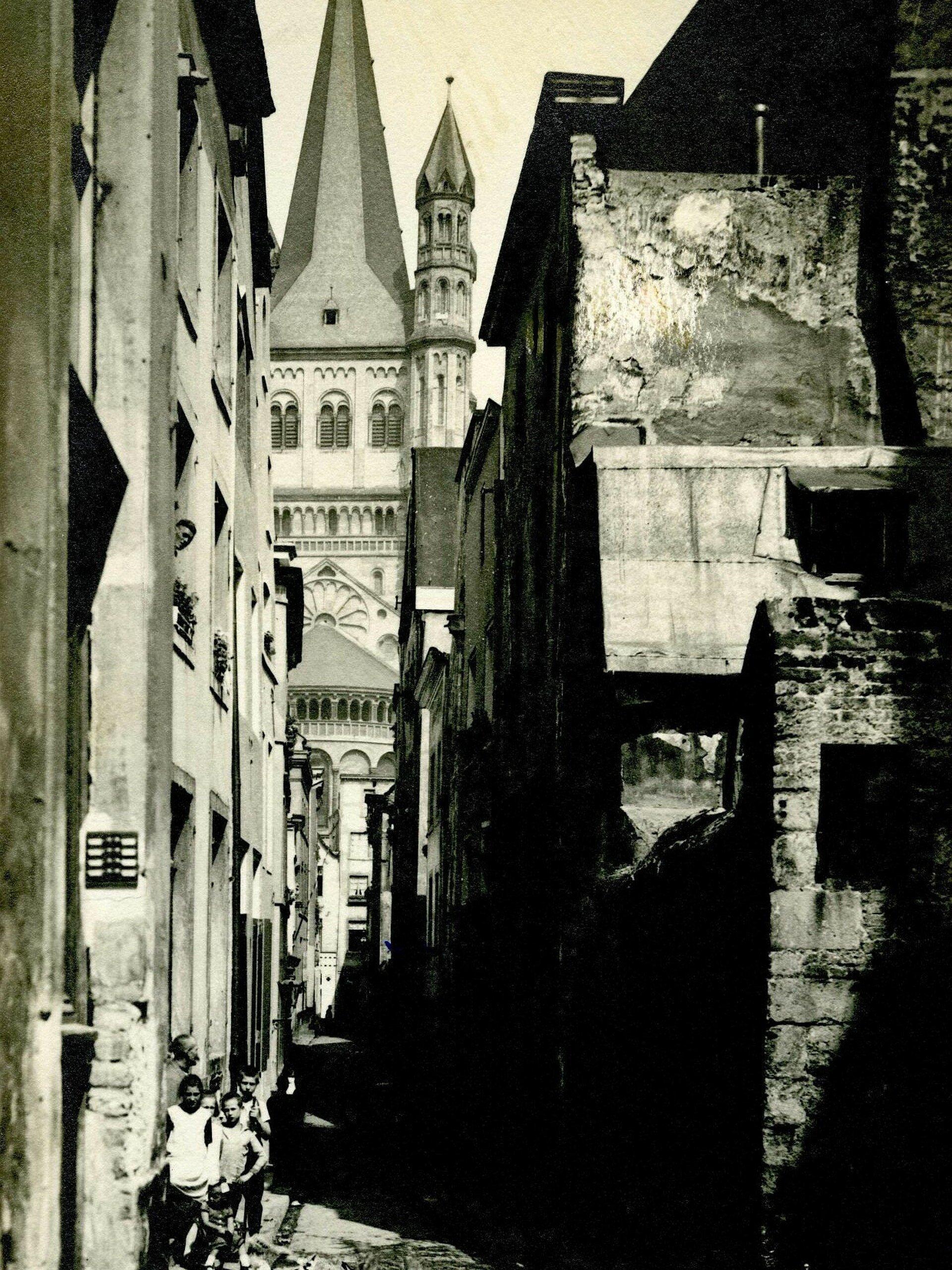 Historisches Foto von einer dunklen Gasse in Köln