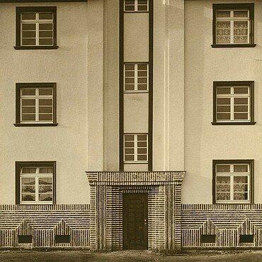 Historisches Foto von den zinnenartigen Dächerelementen in der Germaniasiedlung in Höhenberg