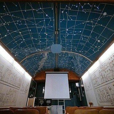Raum mit Sternenbildern an der Decke im Planetarium Nippes
