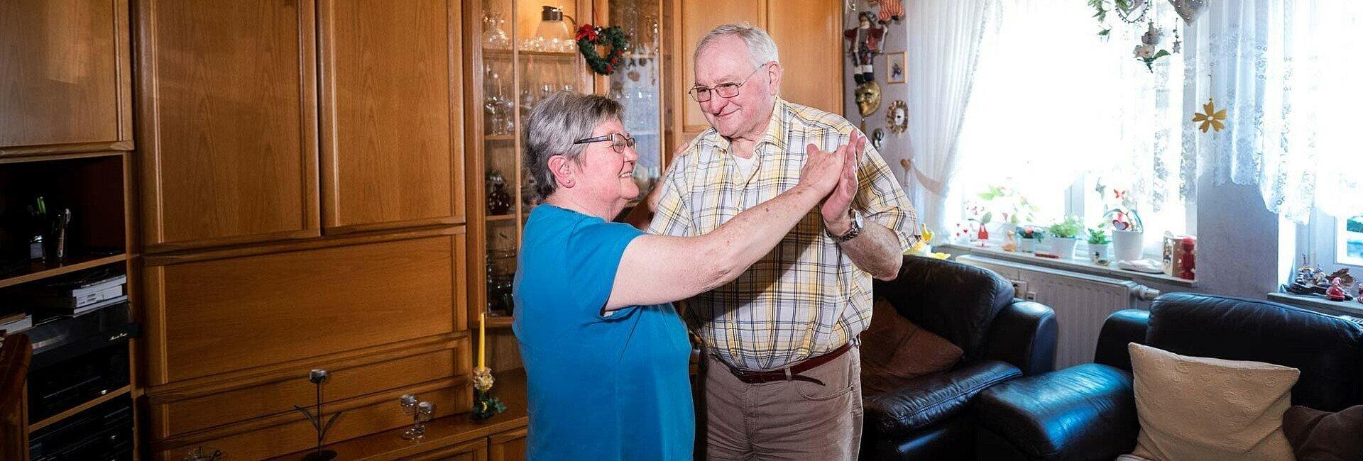 Ehepaar Neubert machen einige Tanzschritte in ihrem Wohnzimmer in der Germaniasiedlung in Höhenberg