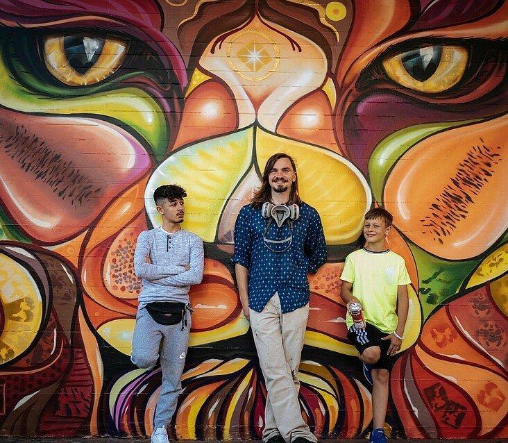 Künstler Matthias Furch mit David und Julia vom Jugendzentrum Fzwei