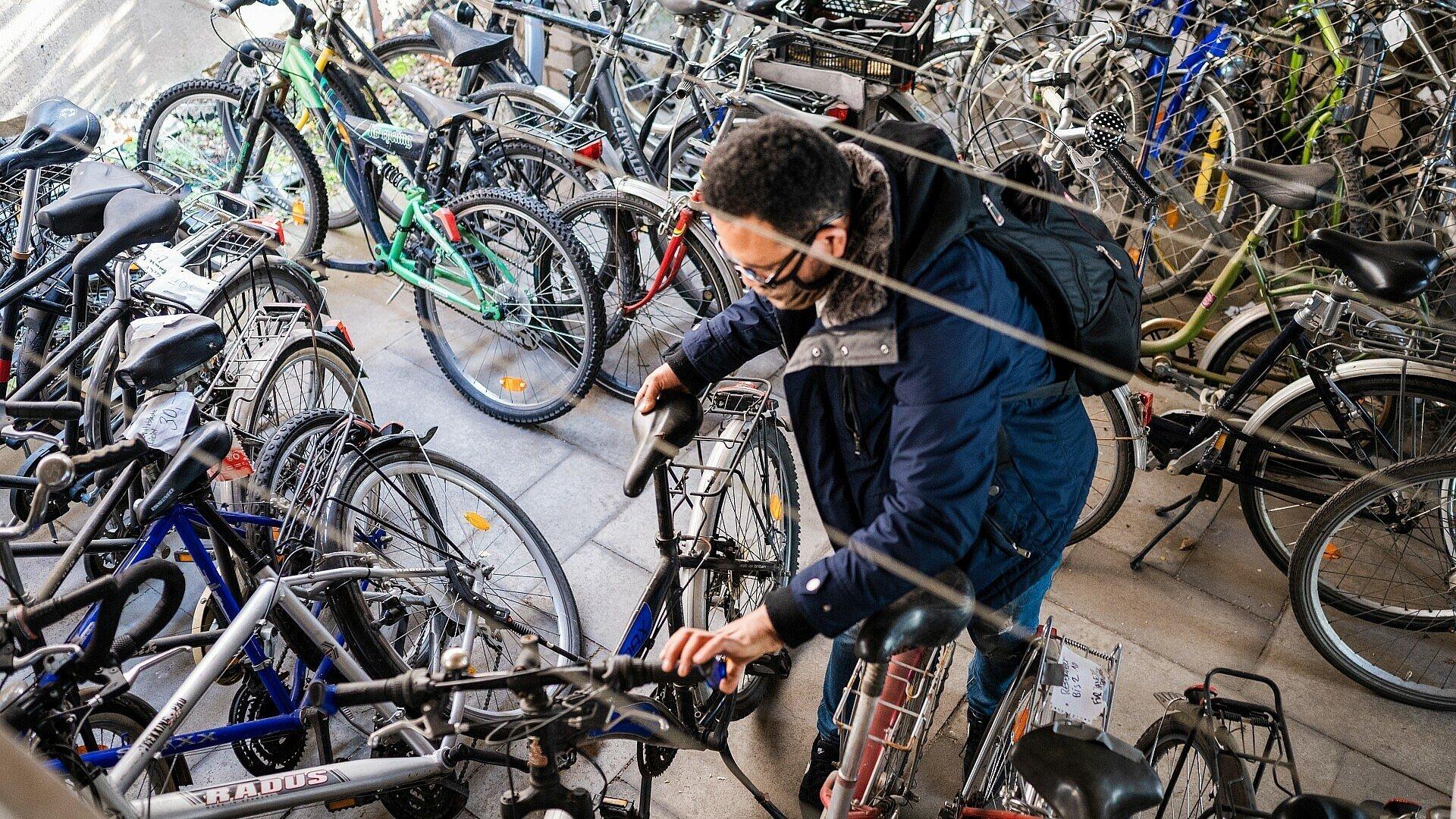 Ein Besucher testet ein paar Fahrräder am Bickendorfer Fahrradbüdchen
