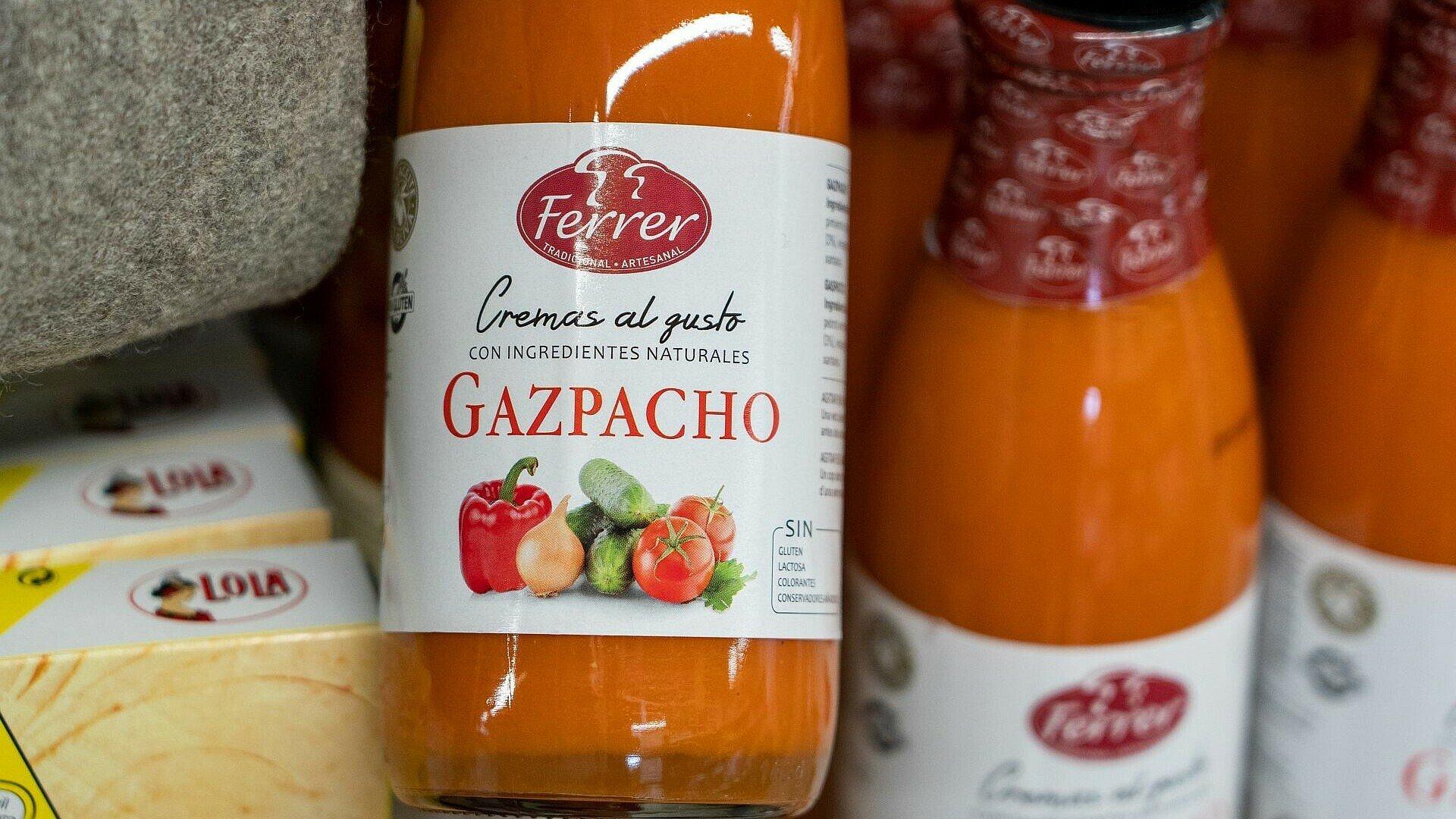 Glasflasche mit Gazpacho Suppe im spanischen Supermarkt Solera in Bickendorf
