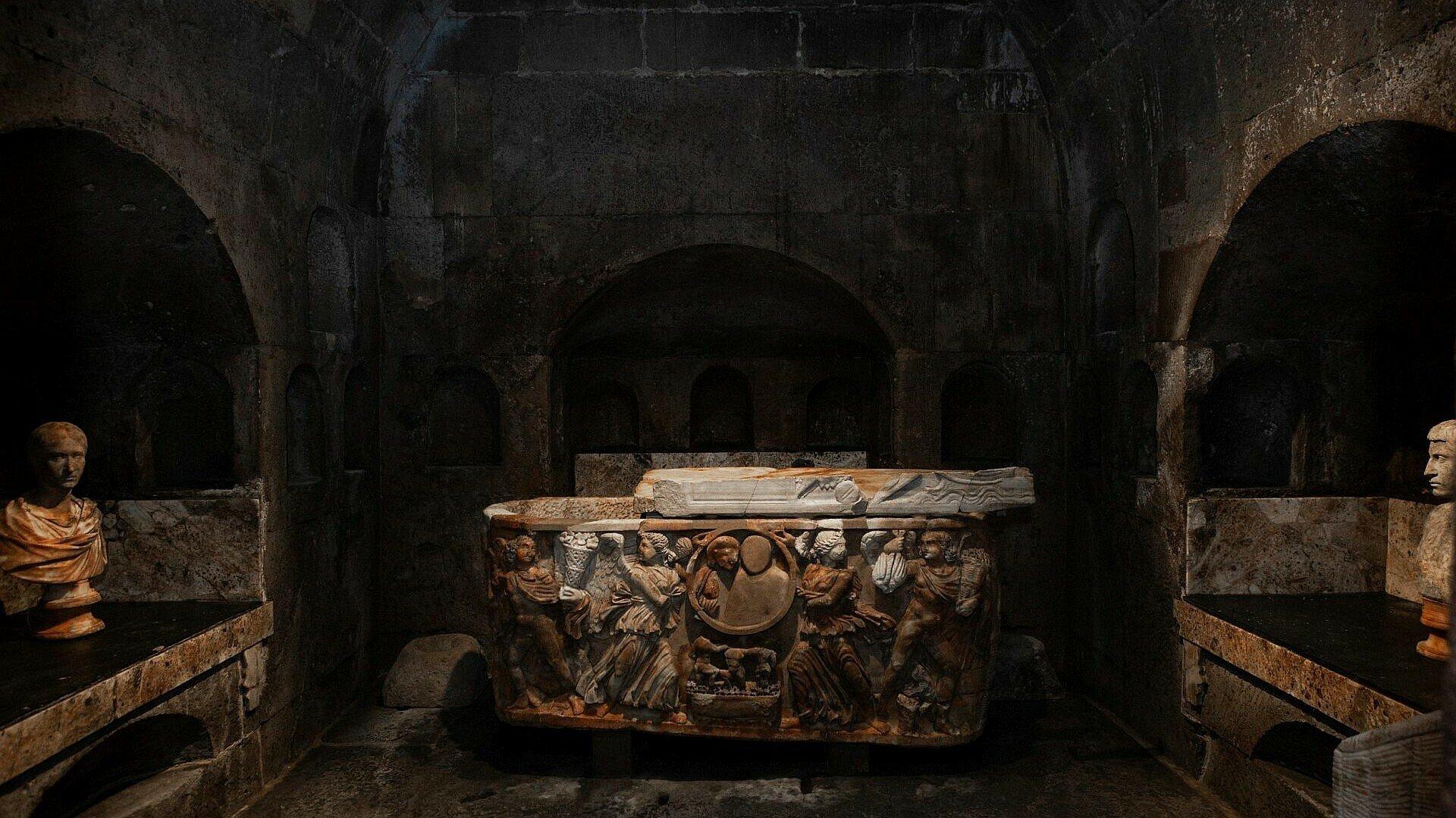 Figuren zieren den Sarkophag im Römergrab in Köln-Weiden