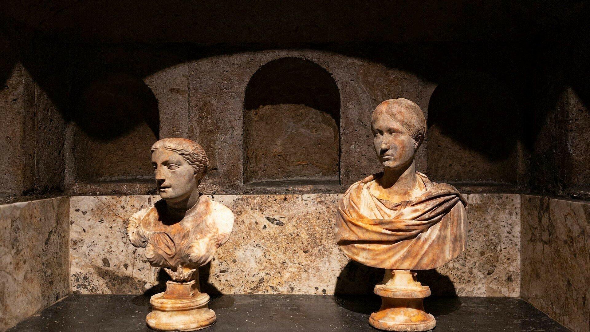 Zwei Büsten im Römergrab in Köln-Weiden