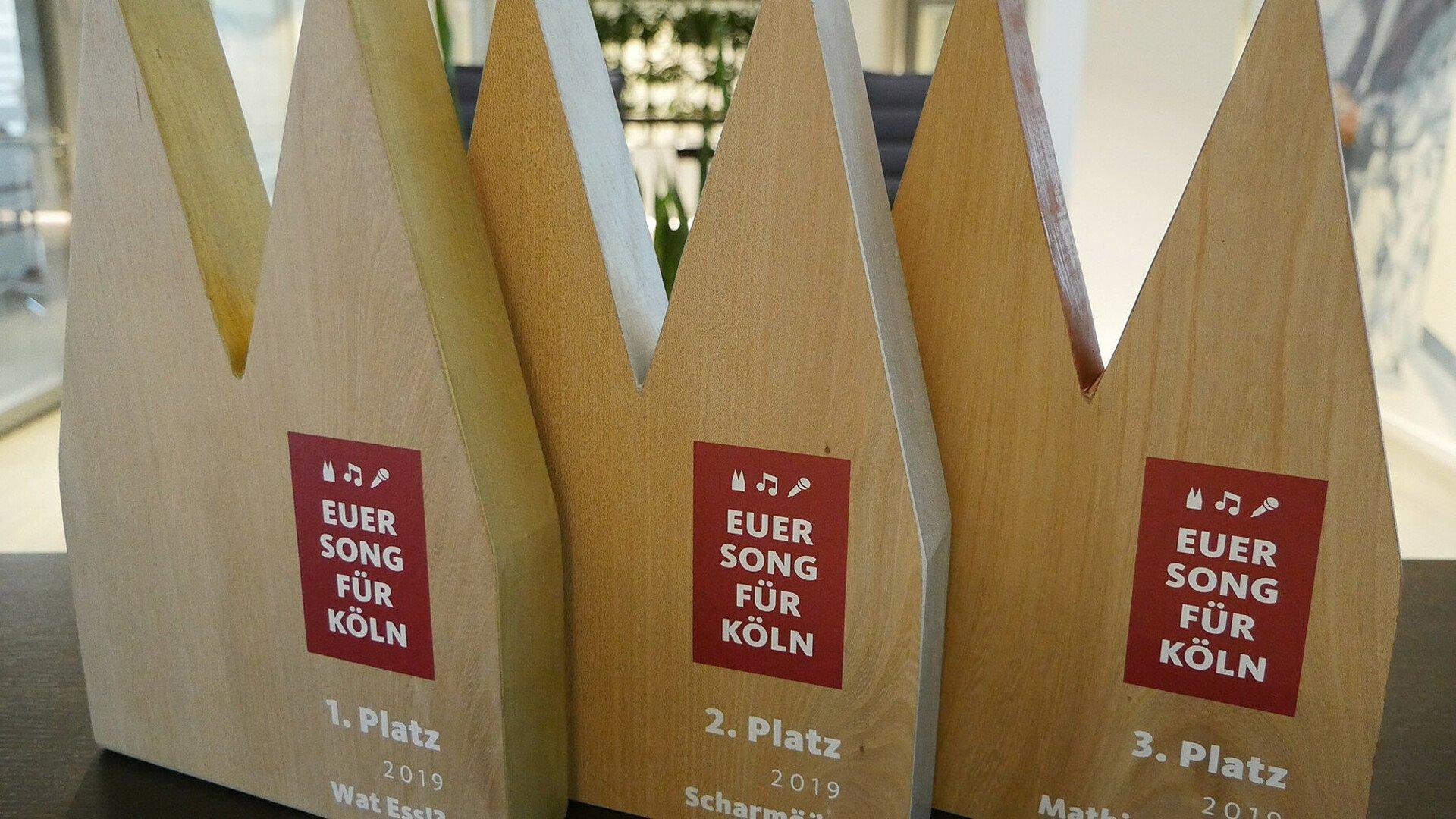 Pokale aus Holz in Form des Kölner Doms für die ersten drei Gewinner von Euer Song für Köln