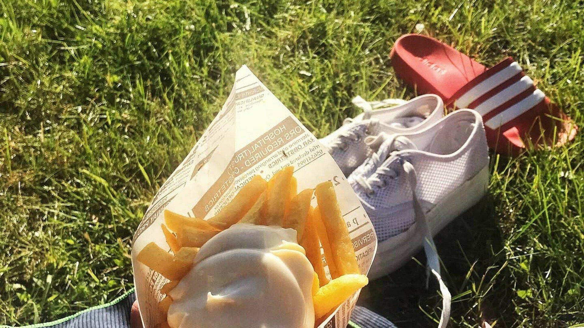 Eine Portion Pommes auf die Hand im Lentpark