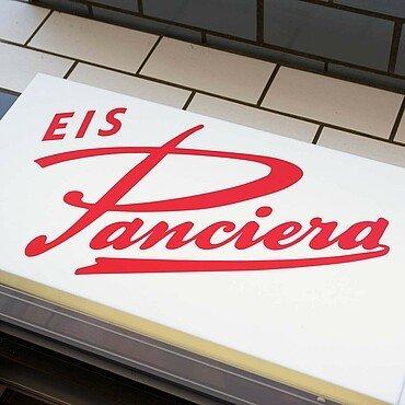 "Der Schriftzug an der Hauswand der Eisdiele ""Panciera"" in Brück"