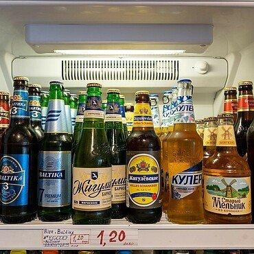 Auswahl an Kölsch und russischen Bieren im russischen Supermarkt Zabawa in Buchheim