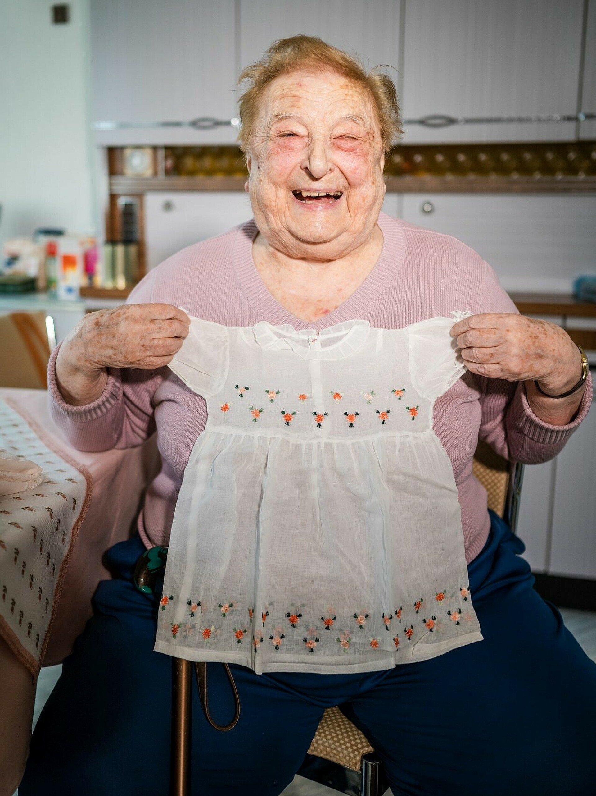 GAG-Mieterin Magdalena Jacobs zeigt ihre Babykleidung