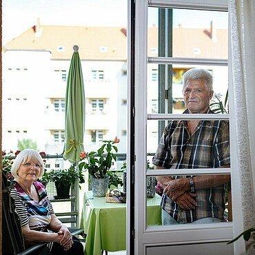 Ehepaar Schwingeler auf dem Balkon ihrer GAG-Wohnung in der Rosenhofsiedlung in Bickendorf