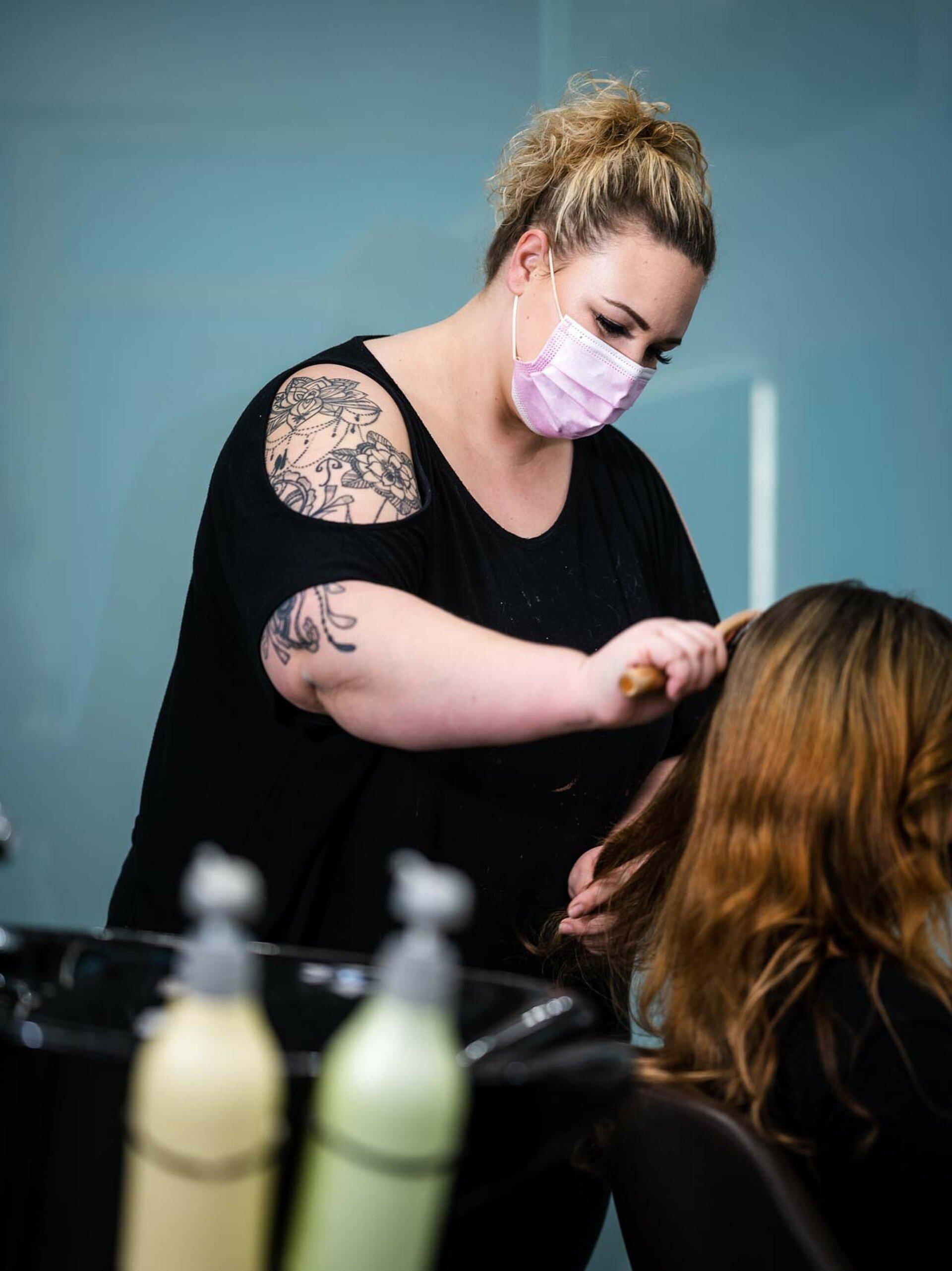 "Janina Keßler kämmt einer Kundin die Haare im Friseursalon ""Vivida Nuances"" in Bocklemünd"