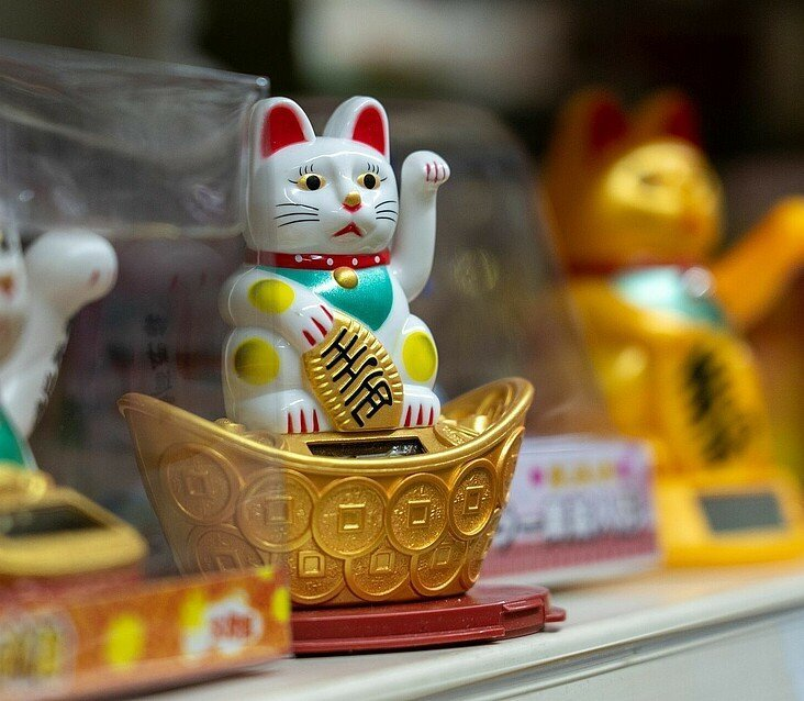 Winkekatzen im Regal vom Heng Long Asia Supermarkt in Lindenthal