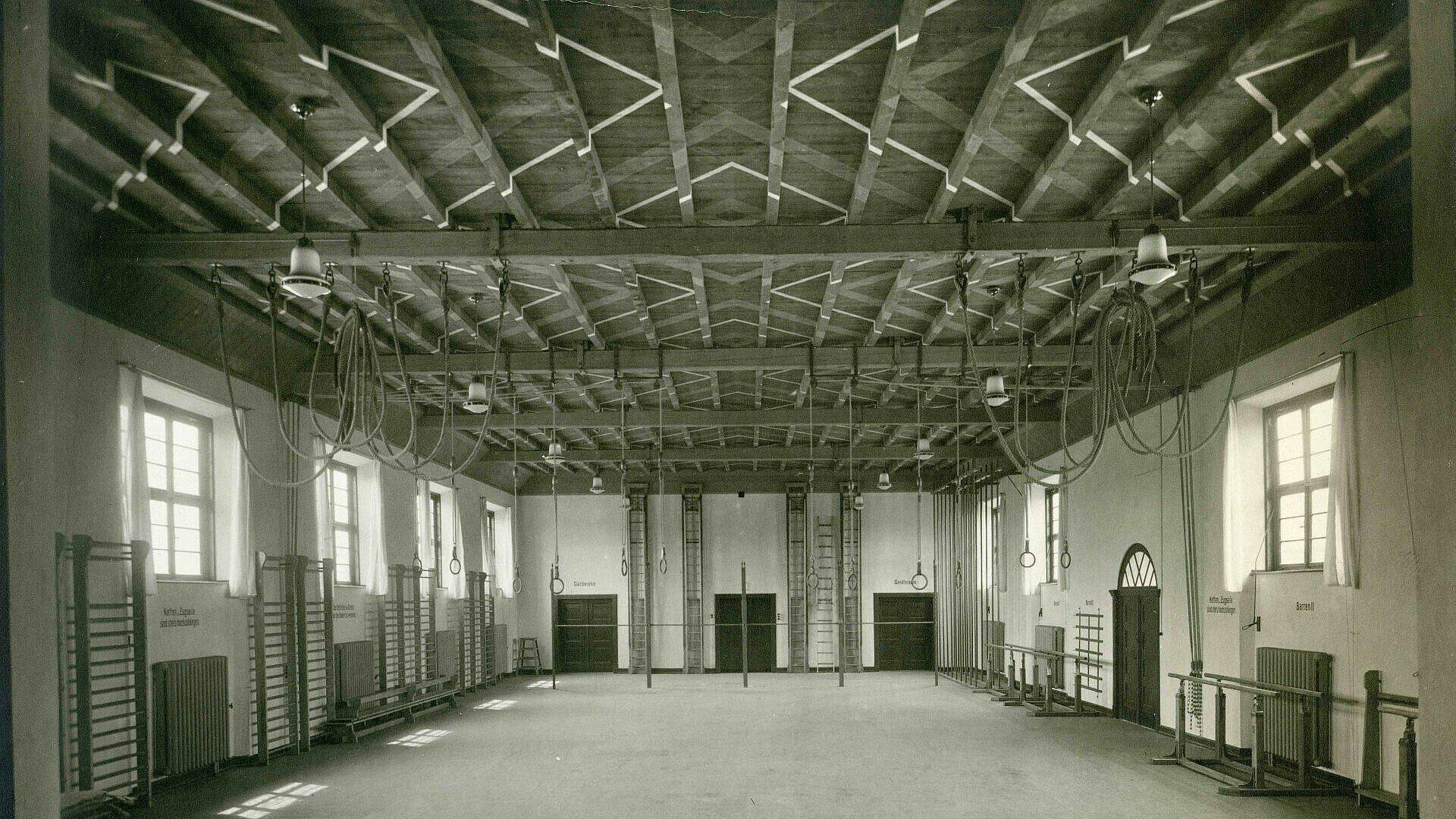 Historisches Foto der alten Turnhalle der Grundschule in Mauenheim