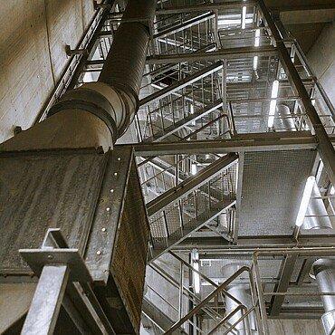 Wer unter den Rhein möchte, muss viele Stufen hinabsteigen.