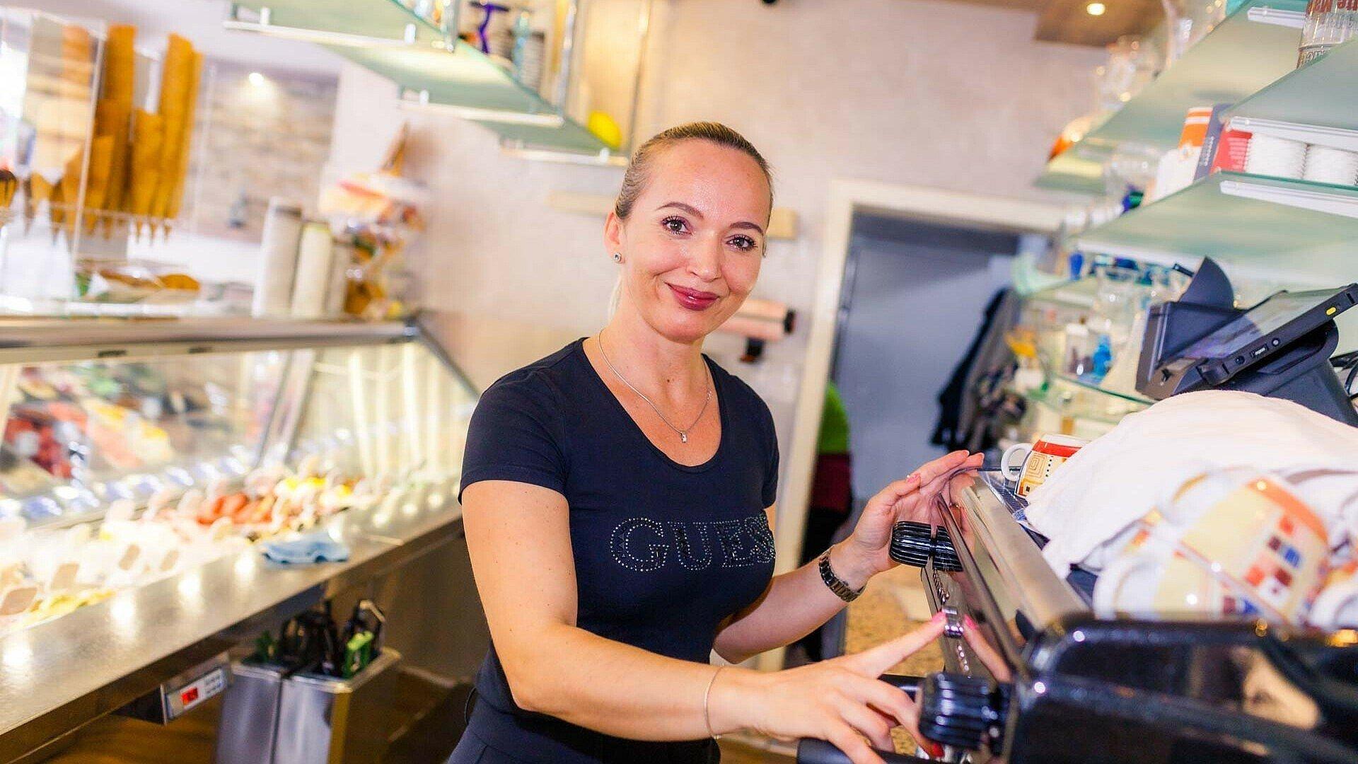 "Ardiana Berisha an der Kaffeemaschine im Eiscafé ""Orchidea"" in Zollstock"