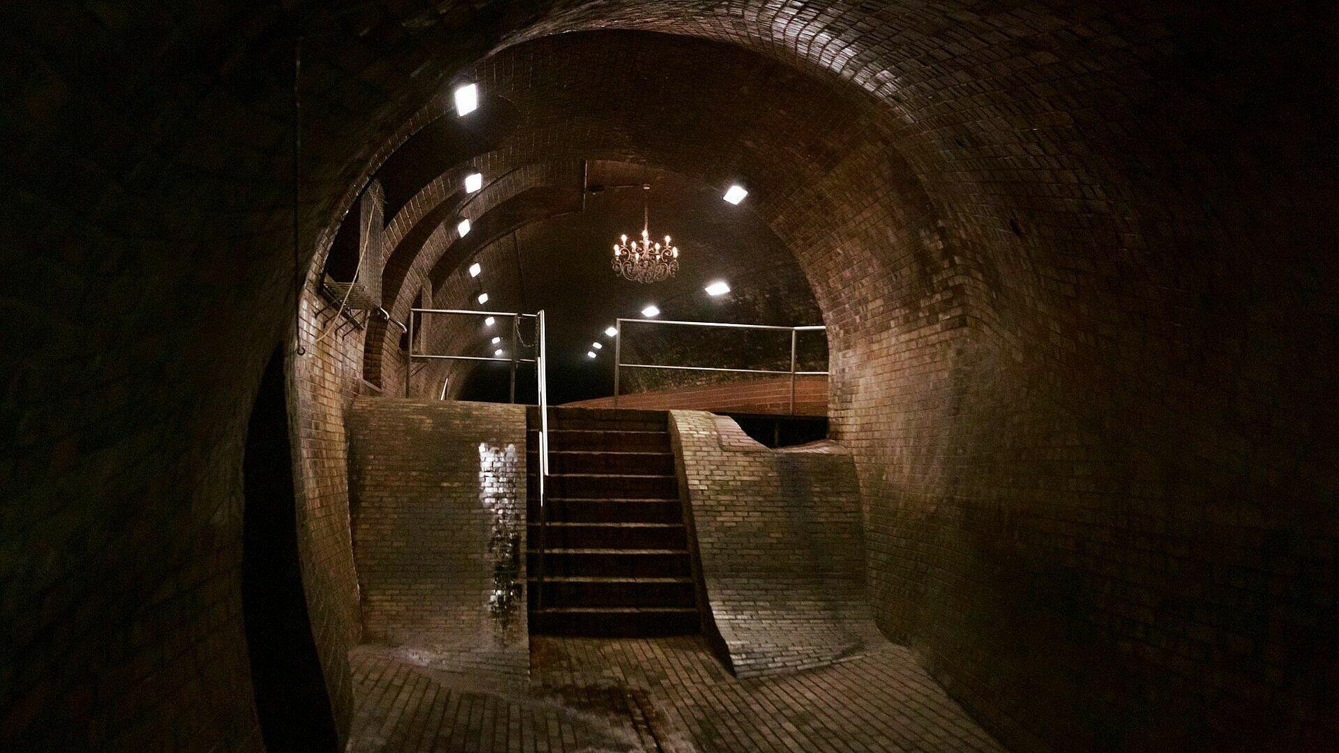 Blick auf eine Treppe zum Kronleuchtersaal in der Kanalisation