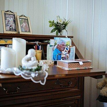 Kommode mit Kerzen und Bildern in der Rosenhofsiedlung in Bickendorf