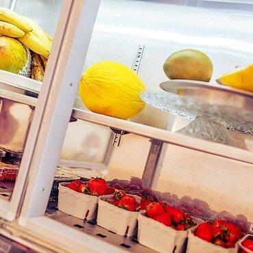 """Die Vitrine im Eiscafé """"Taormina"""" in Dünnwald ist gefüllt mit Beeren und Melone"""