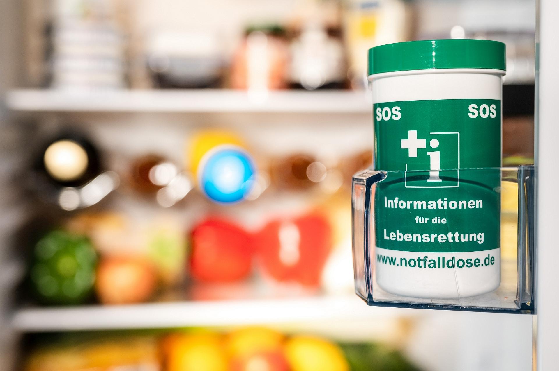 Notfalldose im Kühlschrank mit wichtigen Informationen für die Lebensrettung